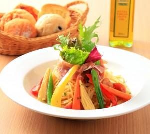 イタリア産生ハムと彩り野菜のペペロンチーノ