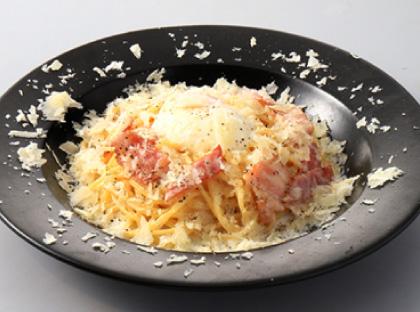半熟玉子とベーコンのクリームソーススパゲッティカルボナーラ仕立て